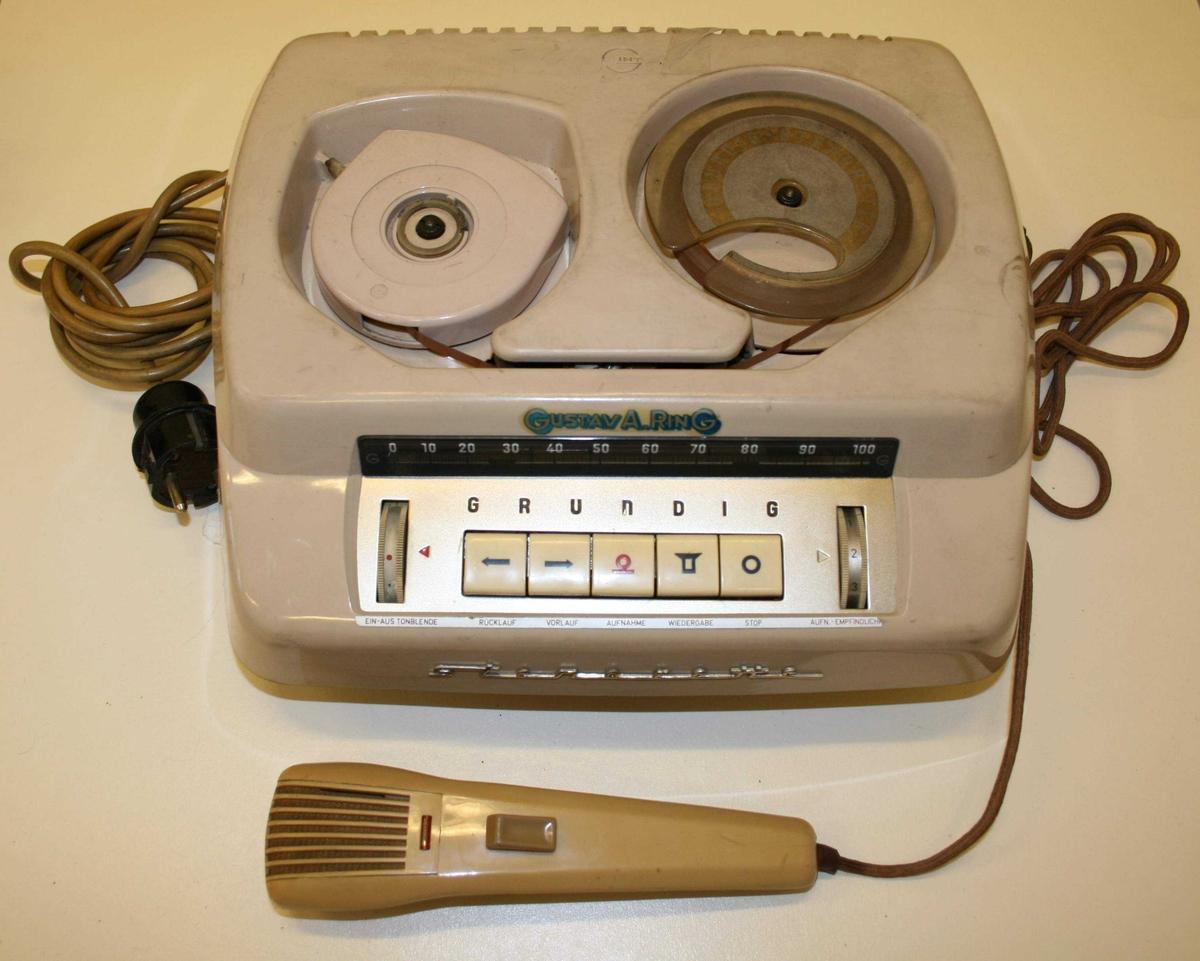 """Stenorette diktafon med mikrofon Medfølger lapp merket med """"Feiring"""". Antar at dette henviser til at diktafonen har tilhørt Pål Feiring."""