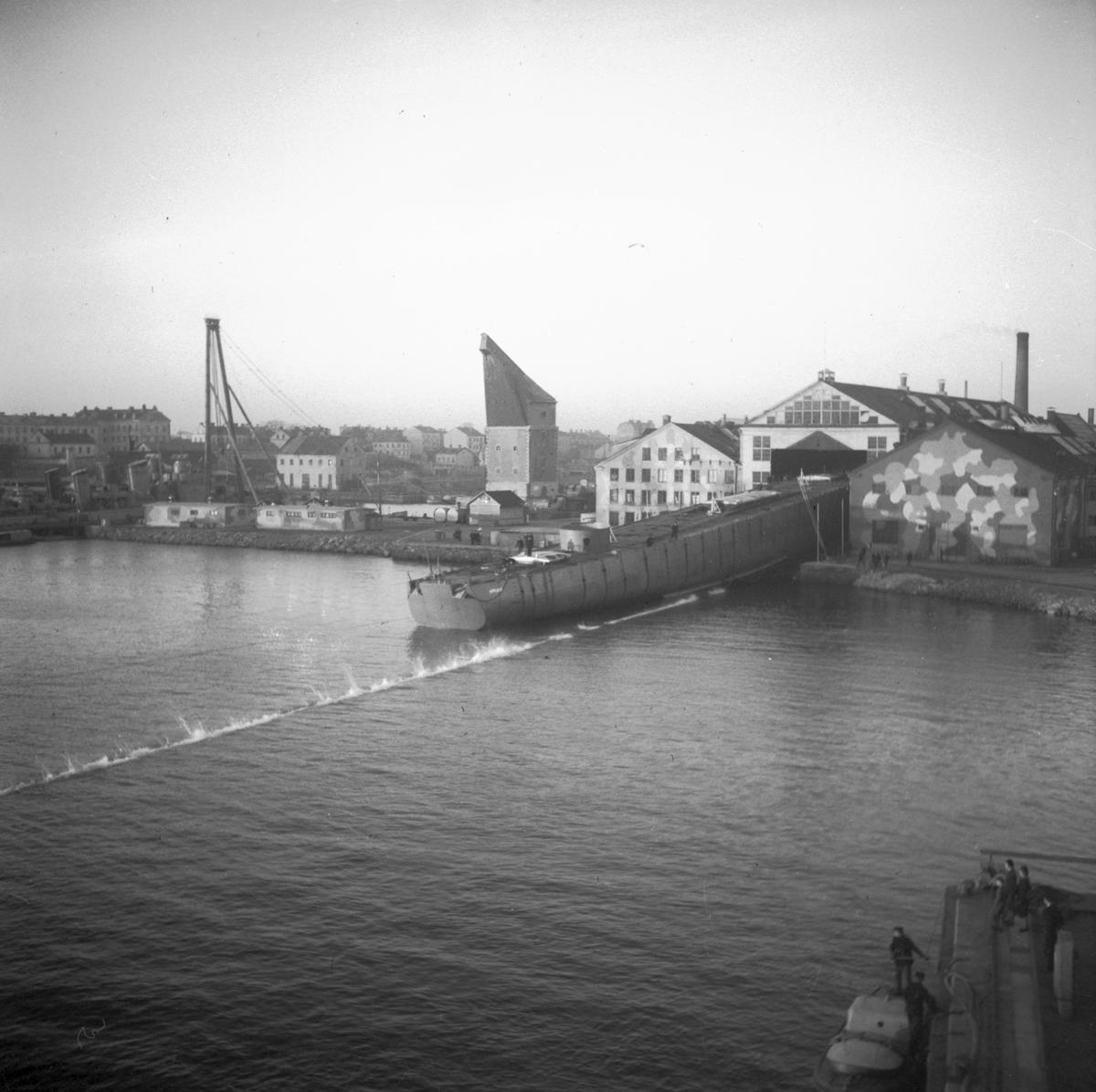 Fartyg: UPPLAND                        Bredd över allt 11,2 meter Längd över allt 111,8 meter Reg. Nr.: 17; J17, F17 Rederi: Kungliga Flottan, Marinen Byggår: 1949 Varv: Örlogsvarvet, Karlskrona Övrigt: Sjösättning