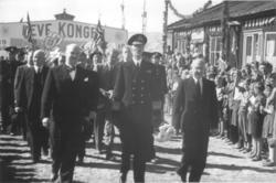 Fra Kongebesøket i 1946. Kongen fremst i prosesjon opp gjenn