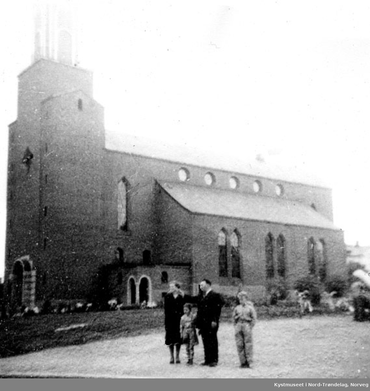 Dagmar og Hjalmar Einvik med sønnene Reidar og Harald foran en kirke i Østersund, Sverige
