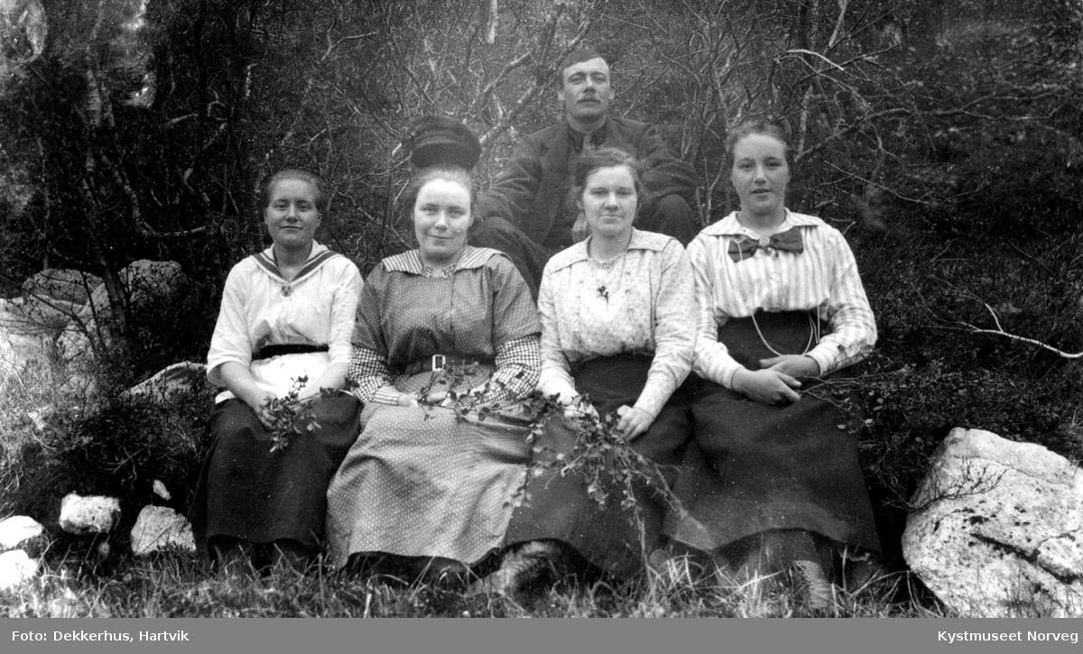 Målfrid, Kristianna, Borghild og Ingeborg Ofstad sammen med Petter Albertsen Ofstad