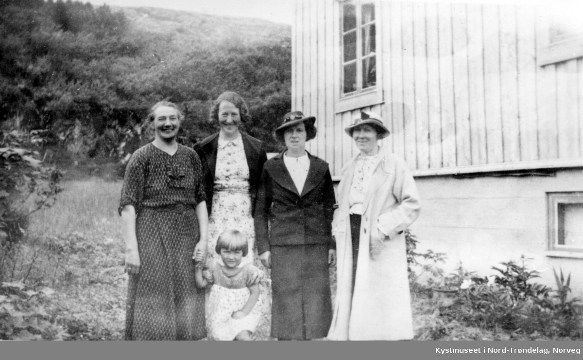 Ragnvalda Lyngsnes, Olda Gravseth, Ebba Gravseth og Olga Gravseth. Foran står Ragnhild Kirkeby-Garstad Brekk?