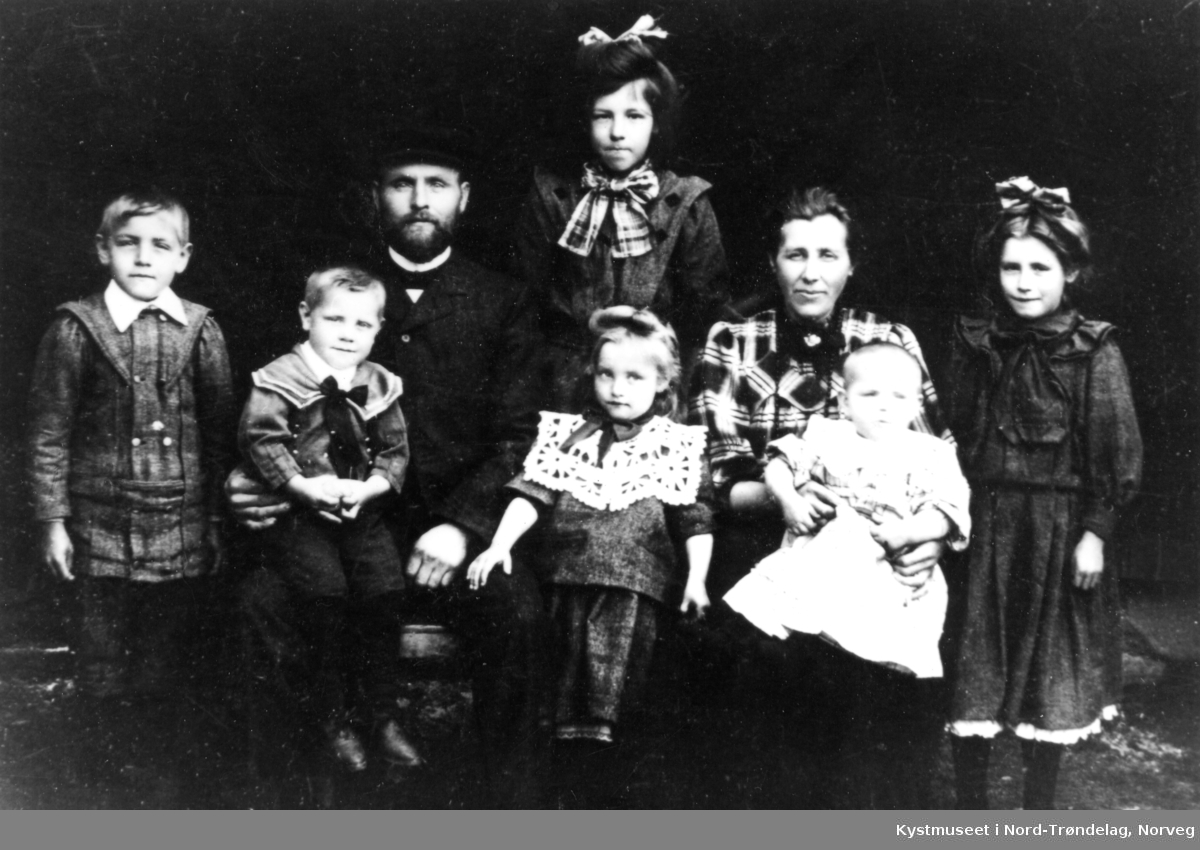 Konstanse og Arnt Johansen Storsul med seks av sine ti barn