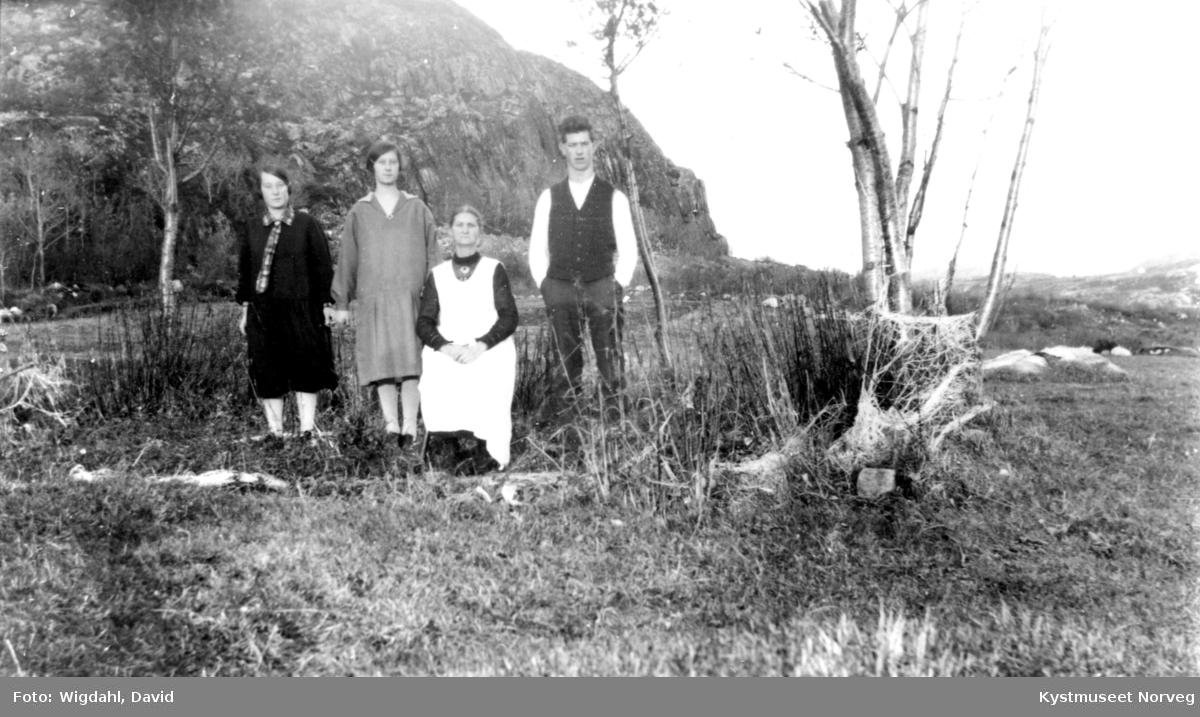 Alvilde Andreasdatter Johansen og tre av barna, Anna Johansen Brenna, Salgerd Johansen Myhre og Atle Johansen