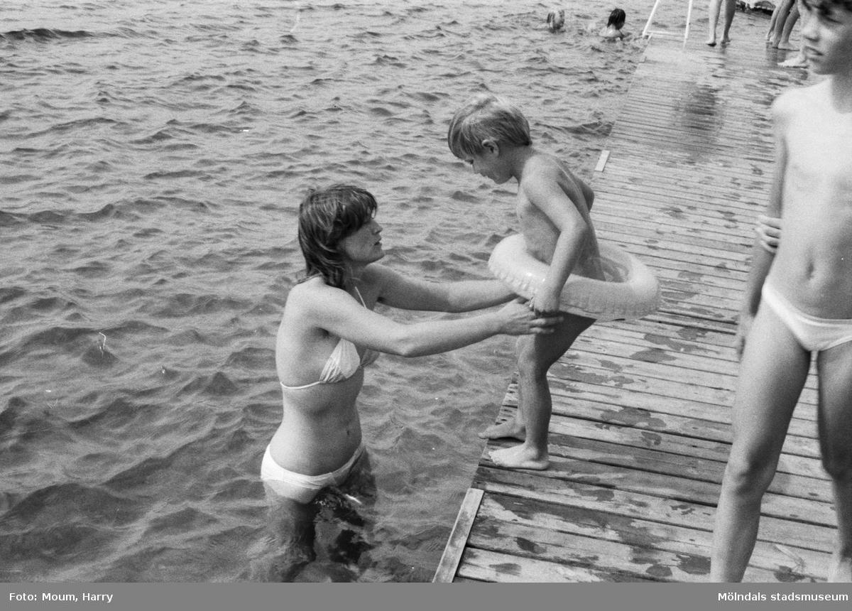 """Simskola vid Sisjön i Mölndal, år 1984. """"Ibland behövs det en hjälpande hand för att komma i vattnet.""""  För mer information om bilden se under tilläggsinformation."""