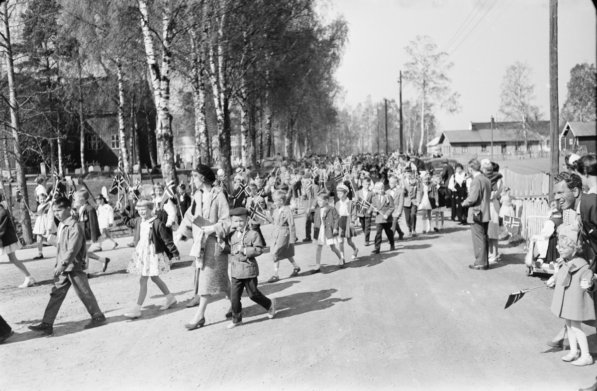 17. mai. Elverum.  1960.  Folketog, Kirkevegen / Solvegen.
