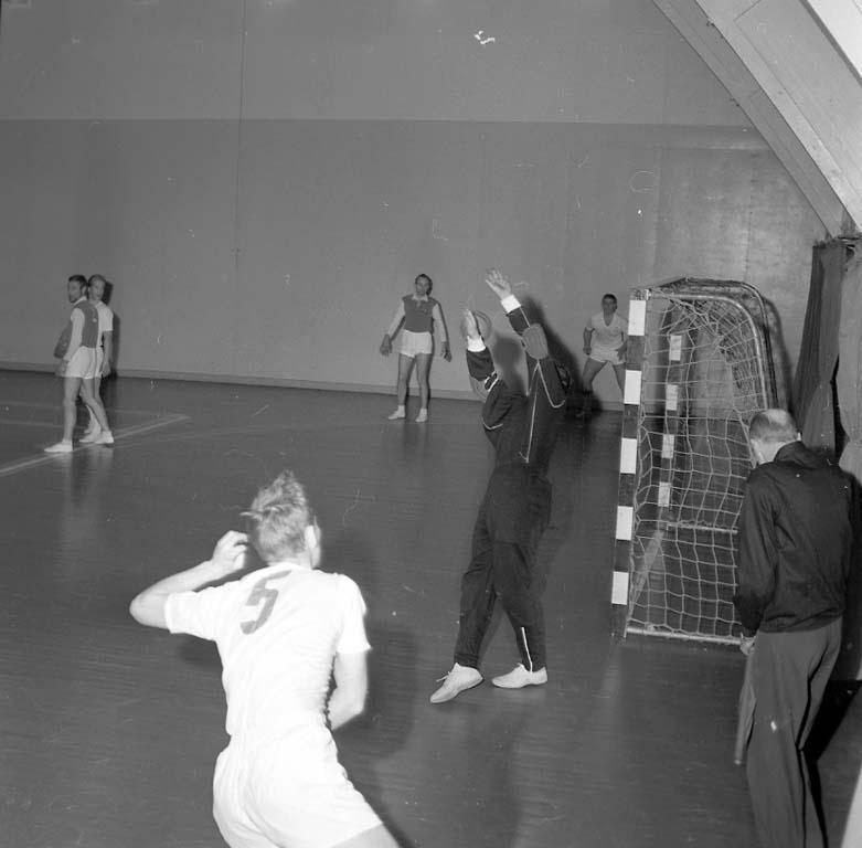 """Enligt notering: """"Handboll i Idrottshallen G A I S - Kroppskultur 27/1 1961""""."""