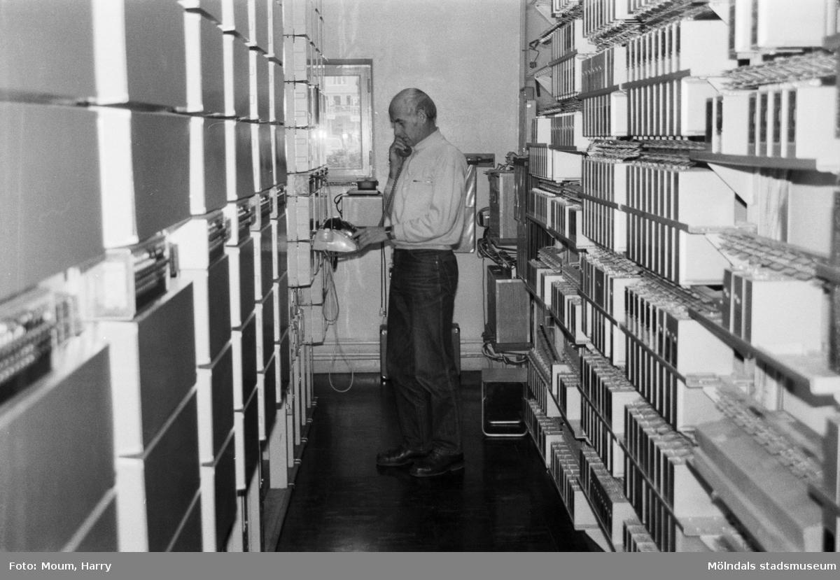 Nya telefonnummer i Kållered och Lindome, år 1984. Stationsreparatör Lars Åke Hansson vid Kållereds telestation. Här och på stationerna i Lindome och Hällesåker skall numren kopplas om.  För mer information om bilden se under tilläggsinformation.