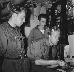 Manöverrumspersonal i aktion ombord på ubåten Sjöormen.