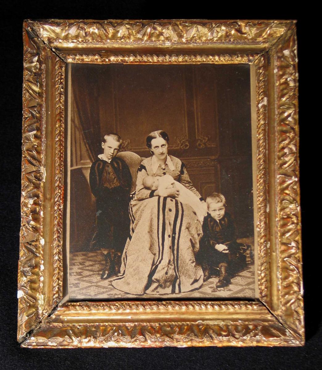 KB med sine tre sønner. Den minste i dåpskjole?