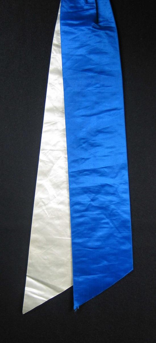 Begravelsessløyfe i hvit og blå silke uten tekst.