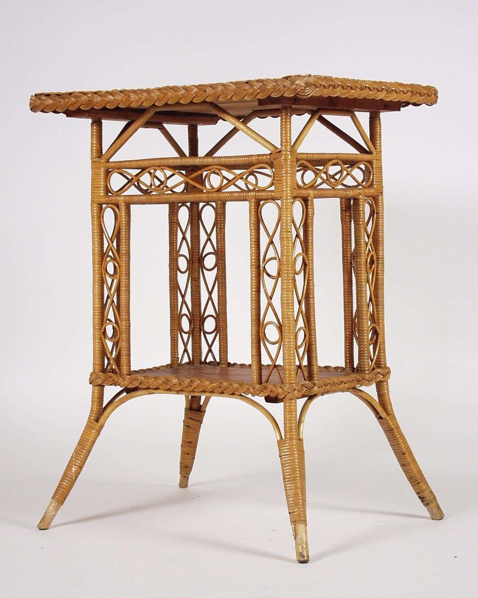 Grammofonbordet har ben og sarg i flettet kurvmateriale. To respatexplater danner bordplate og underplate. På underplaten skulle grammofonplatene ligge.