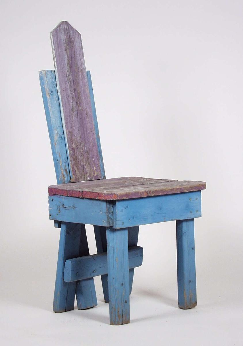 Stolen er av tre, malt blå og lilla.