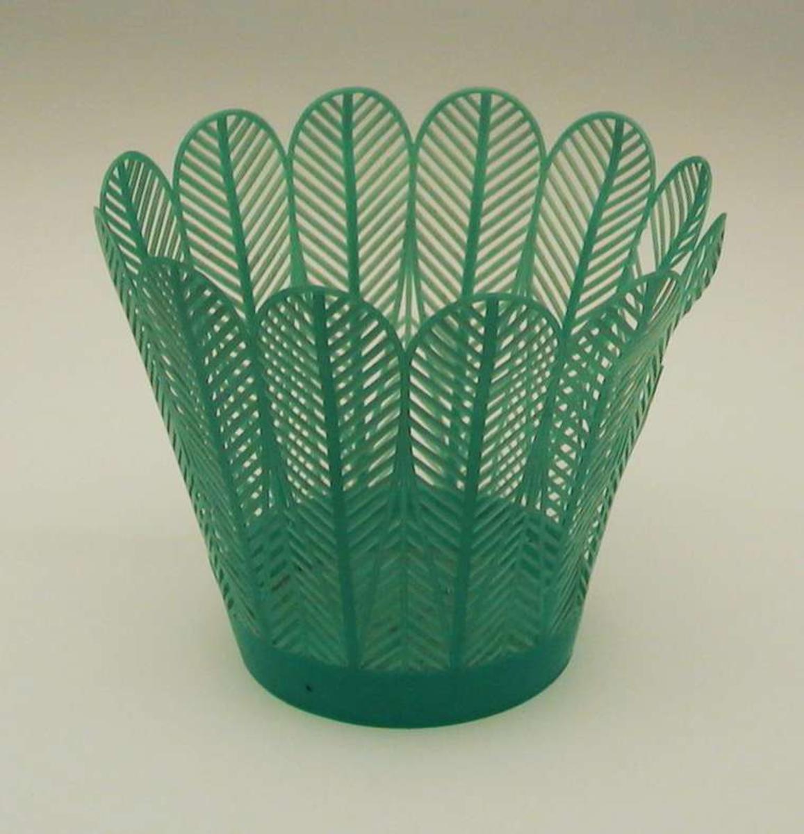 Potteskjuler i plast med gjennombrutt mønster.