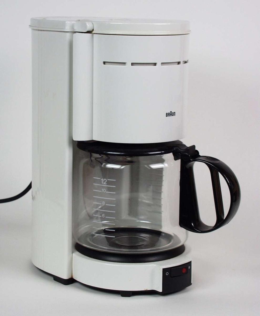 Hvit kaffetrakter i plast og metall med kolbe i glass.