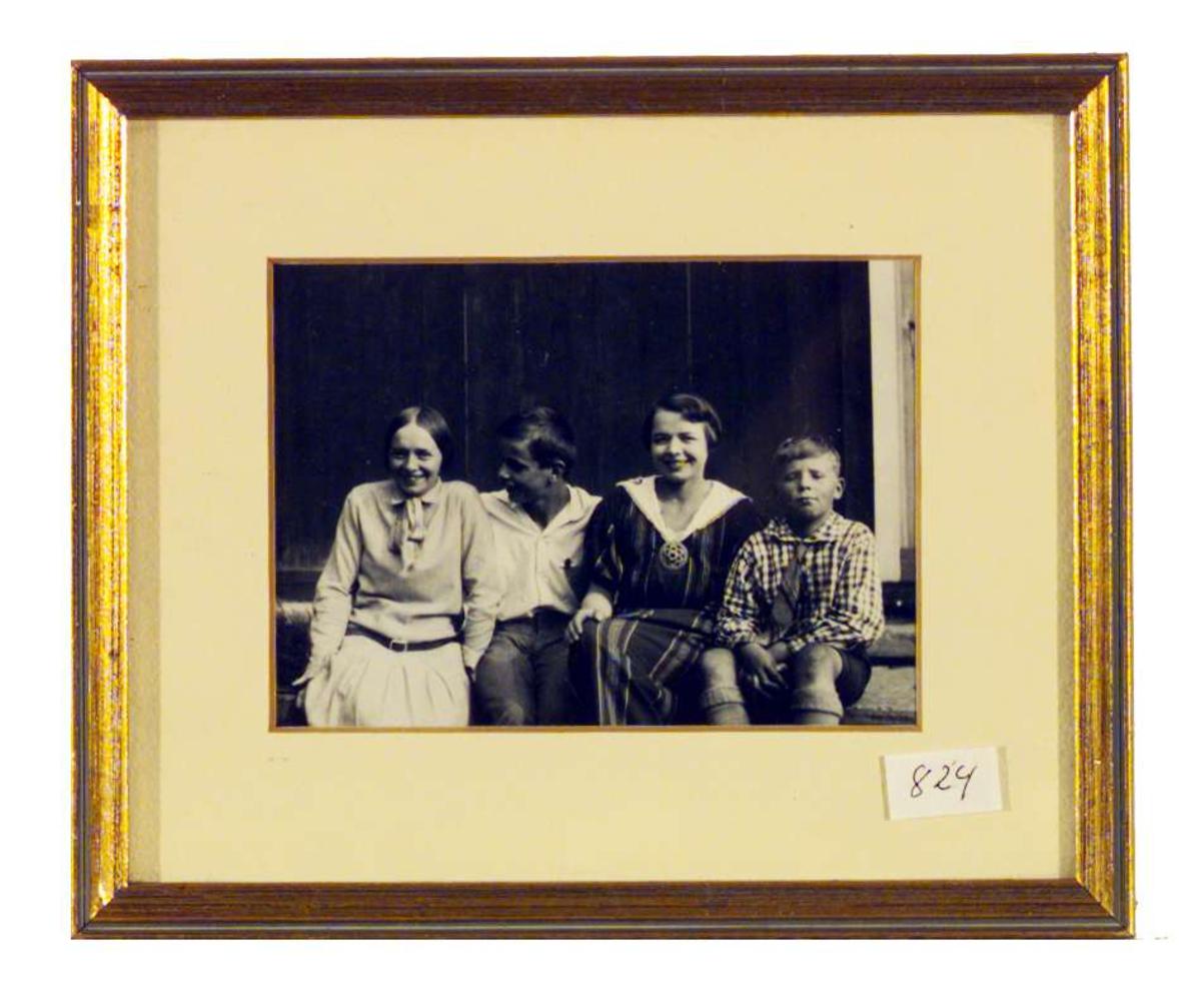 Portrett av Sigrid Undsets sønner Anders Castus og Hans Benedict, sammen med deres halvsøstre Gunhild og Ebba Svarstad.