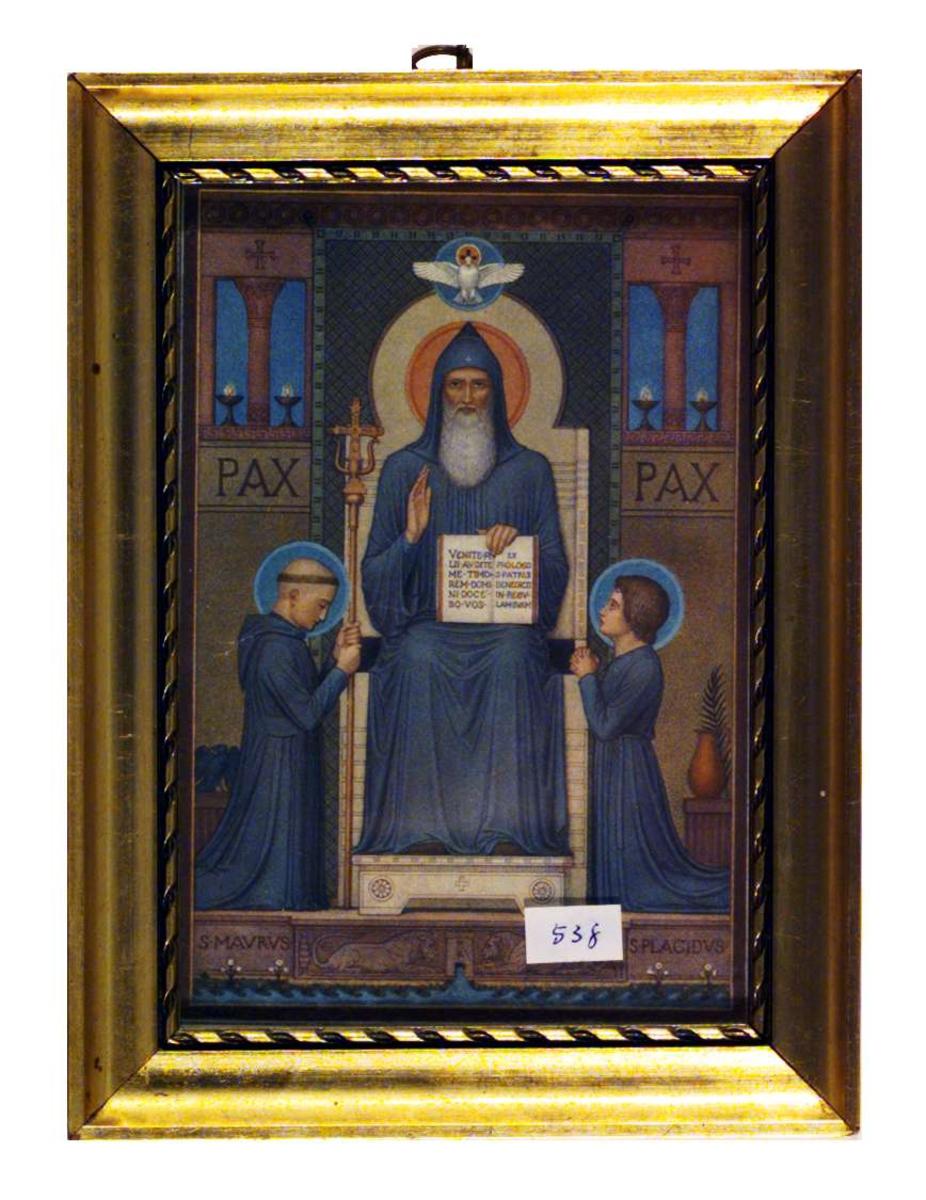 Bilder viser St. Benedict med hans to første disipler, S. Maurus  og S. Placidus. St. Benedict holder en åpen bok med latinsk tekst: Venite filii etc.
