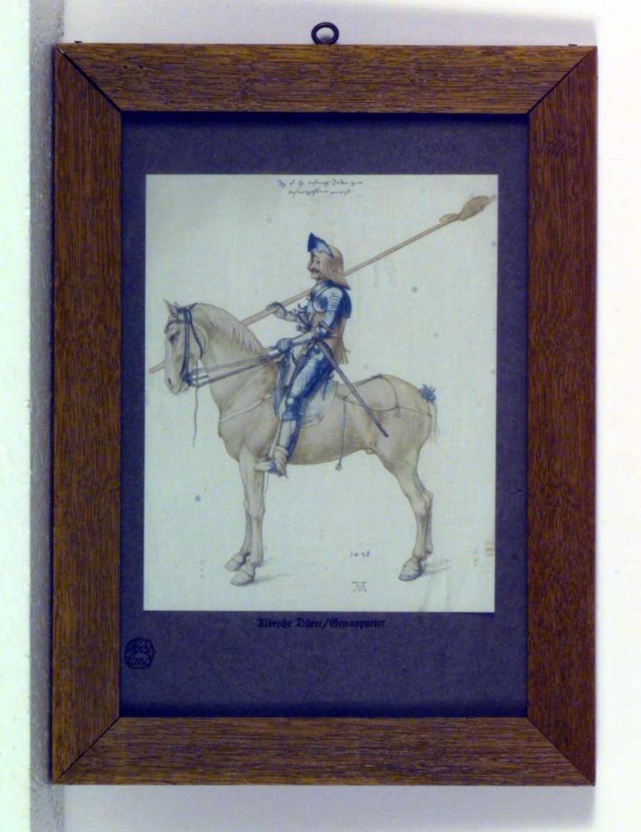 En rytter i salen på en lys hest. Rytteren er i full rustning.