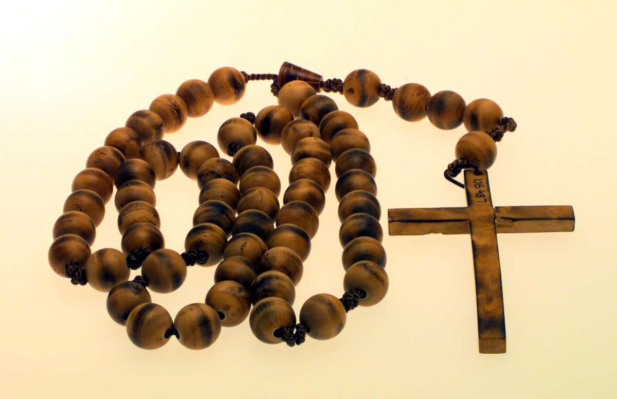En rosenkrans laget i tre. Den har 59 kuler og et kors.
