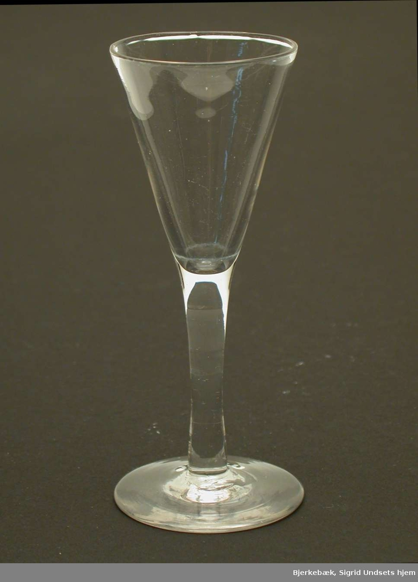 Enkelt spissglass i klart glass.