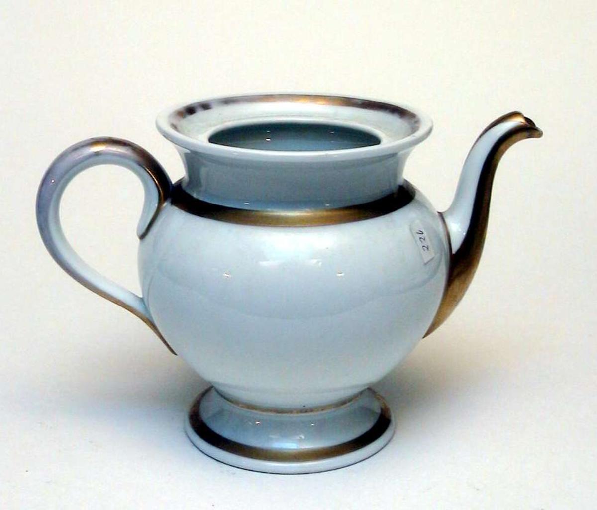 Tekanne i hvit keramikk med forgylling. Fabrikkstempelet er Thomas, Bavaria. Lokket mangler.