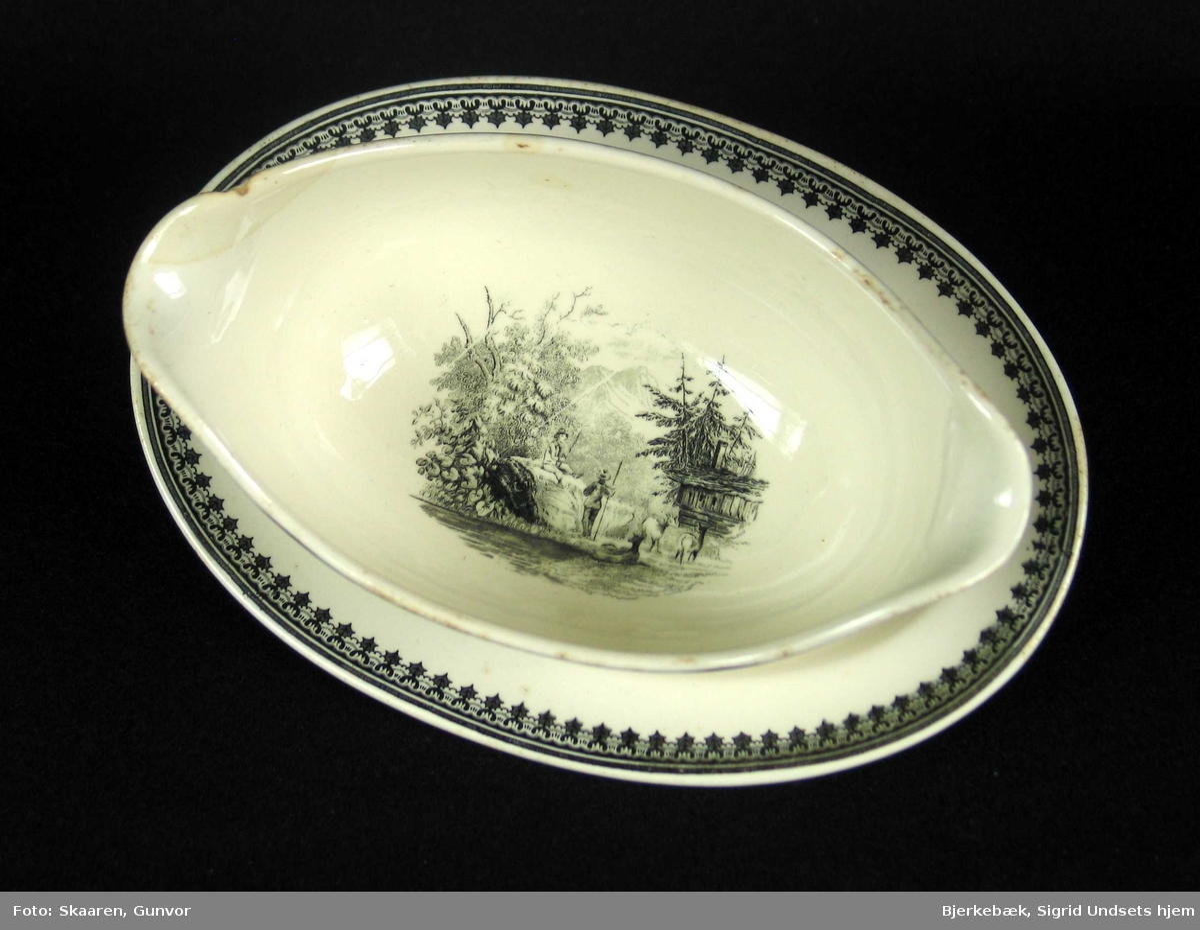 Sausnebbe i benhvit keramikk med sort dekor.