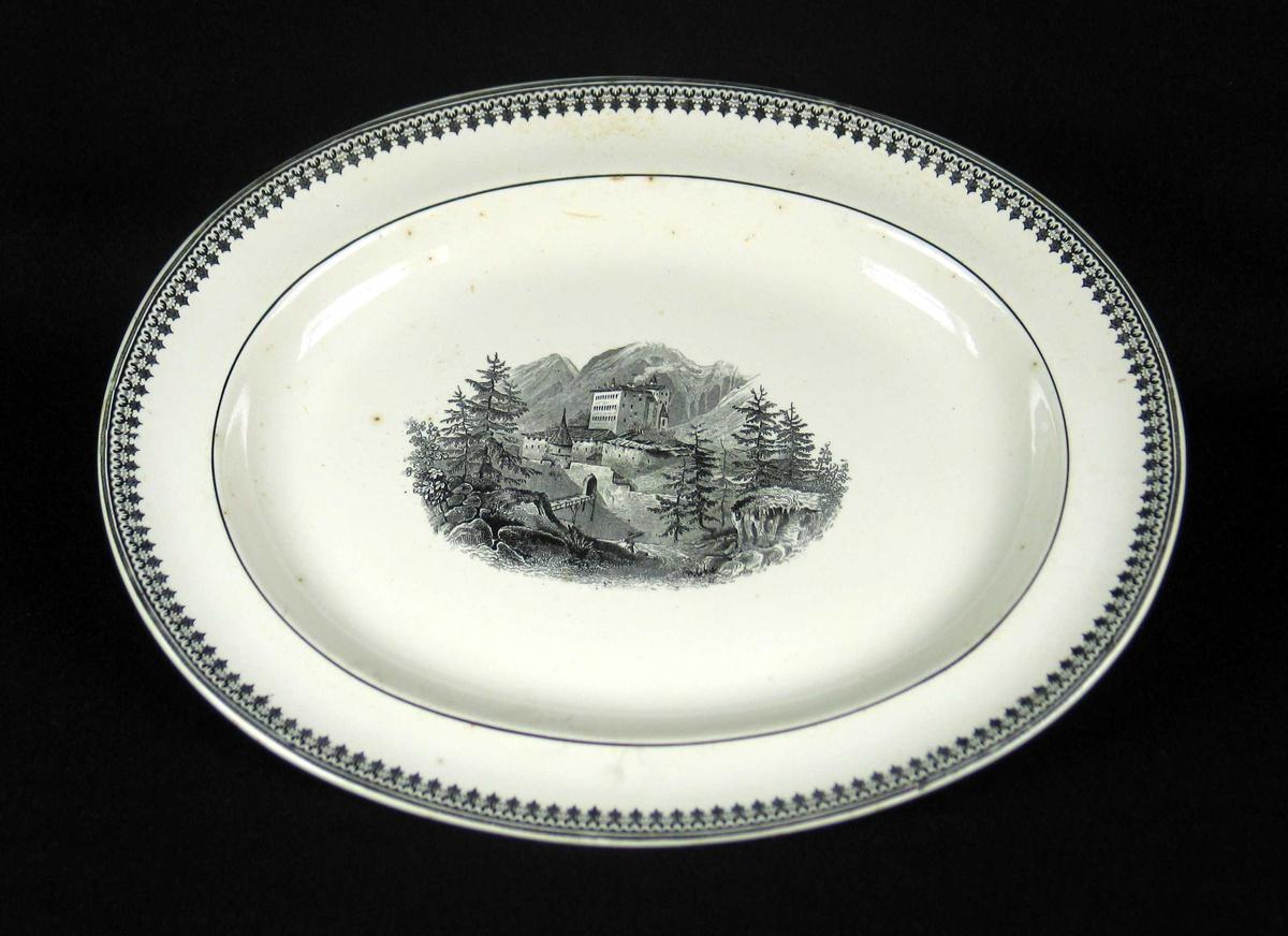 Ovalt serveringsfat i benhvit keramikk med sort dekor.