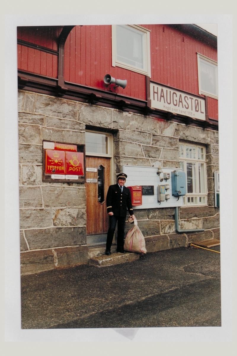 eksteriør, postkontor, 3595 Haugastøl, postskilt, postkasse, postsekk, mann, uniform