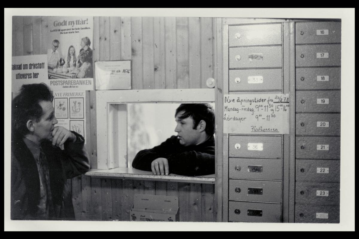 interiør, postkontor i Nord, postbokser, to menn