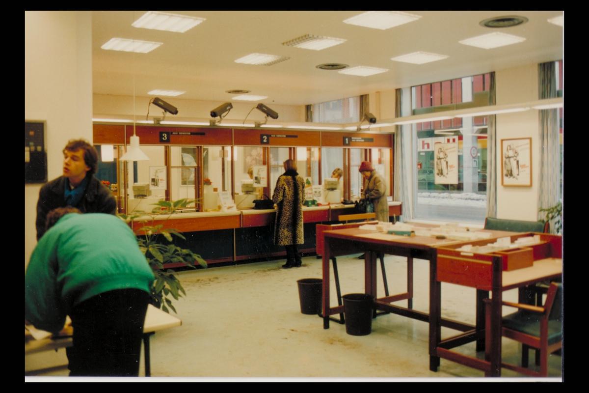 interiør, postkontor, publikumshall, ekspeditør, kunder