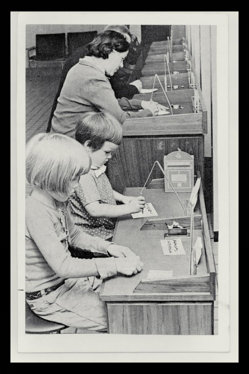 interiør, postkontor, publikumshall, barn, voksne
