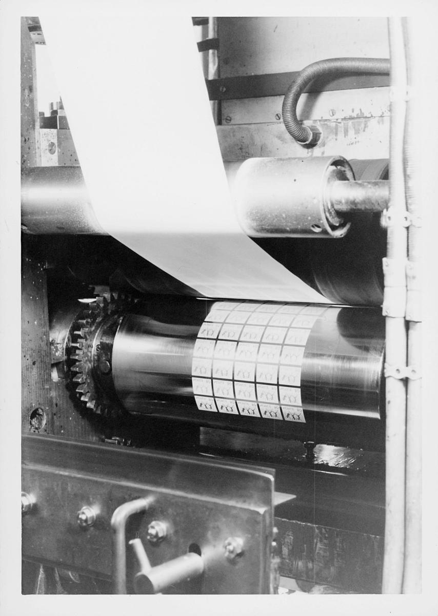 frimerketrykking, frimerkeproduksjon hos Emil Moestue A.S., dyptrykk, rasterdyptrykk, trykking av NK 696, 80 øre Glede / Ungdom og fritid, trykkavvikling, trykking av frimerkene