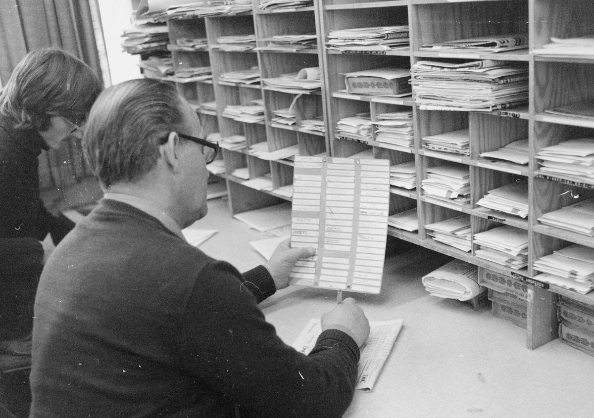 postbehandling, sortering, sorteringsreoler, omadressering, 2 menn