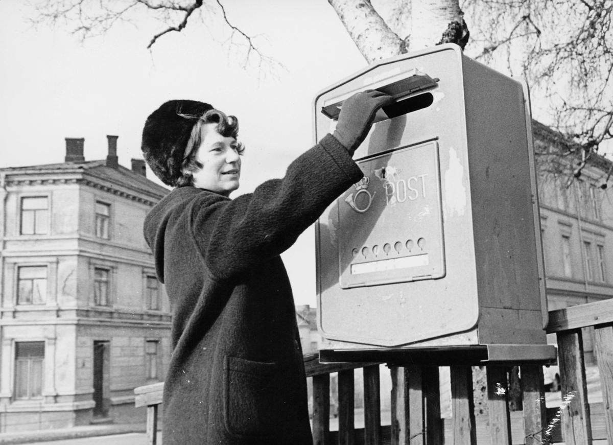 postkasser, offentlig, åpen, festet ved et gjerde, by, dame, eksteriør
