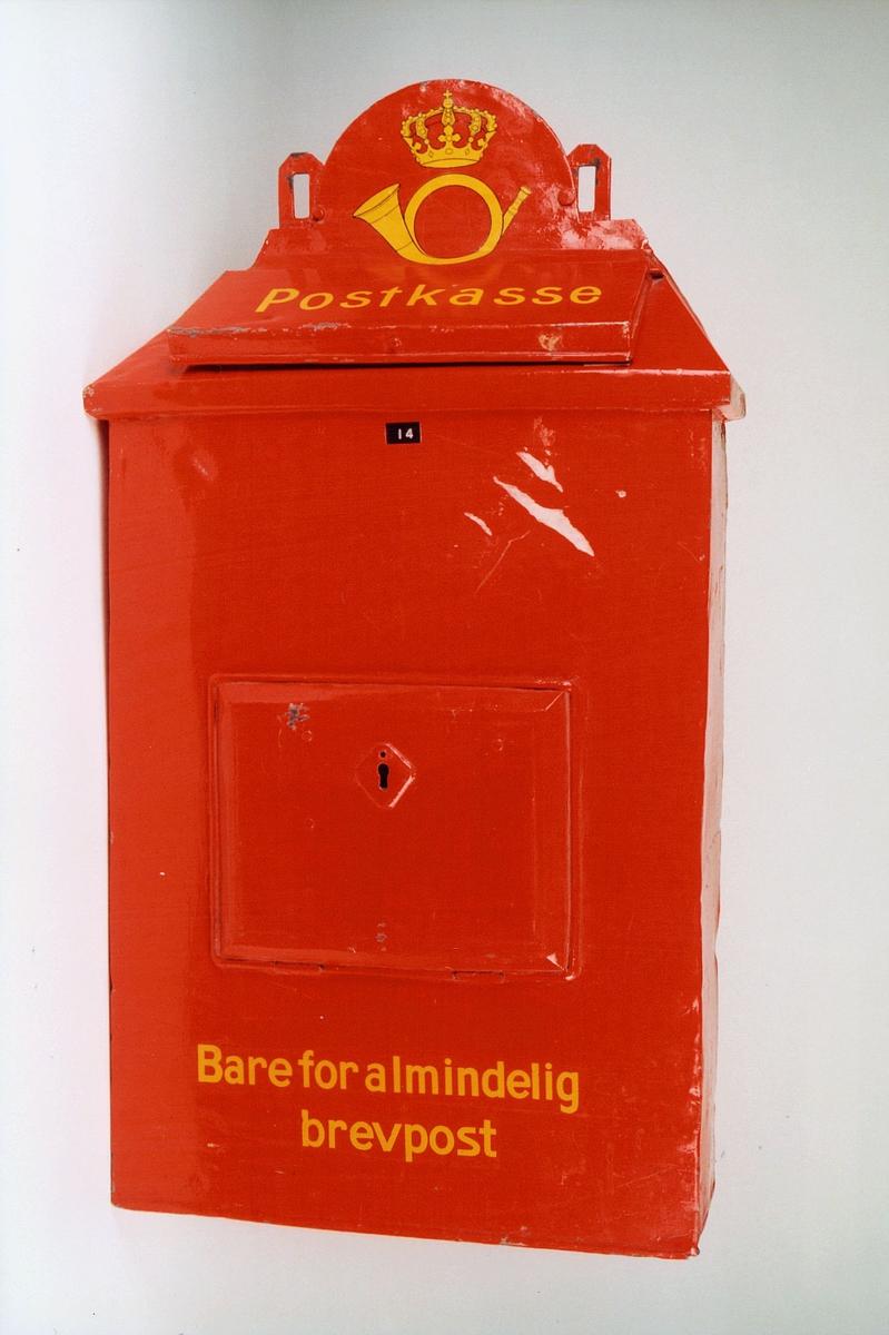 Postmuseet, gjenstander, postkasse, brevkasse, jernbanepostkasse, nøkkelhull, uten plakat, posthorn med krone (postlogo), Postkasse Bare for almindelig brevpost, fra før 1956.