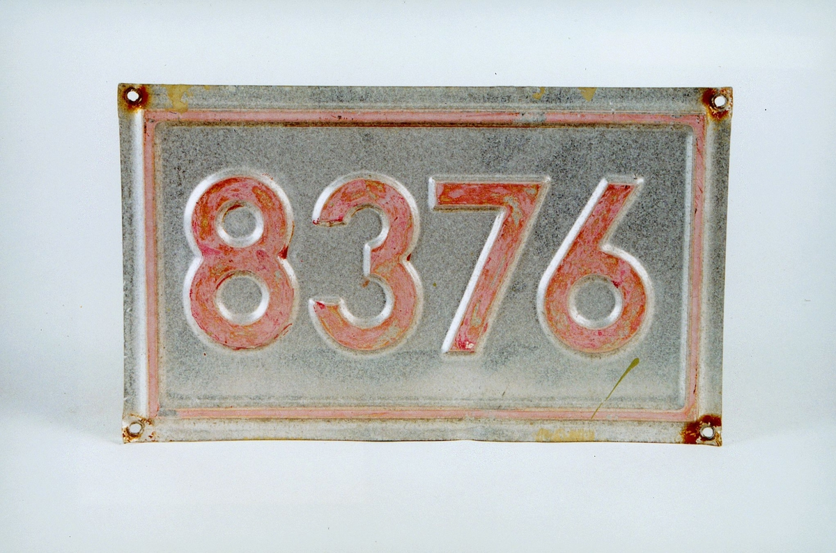 Postmuseet, gjenstander, skilt, stedskilt, nummerskilt,  8376 Leitebakken.
