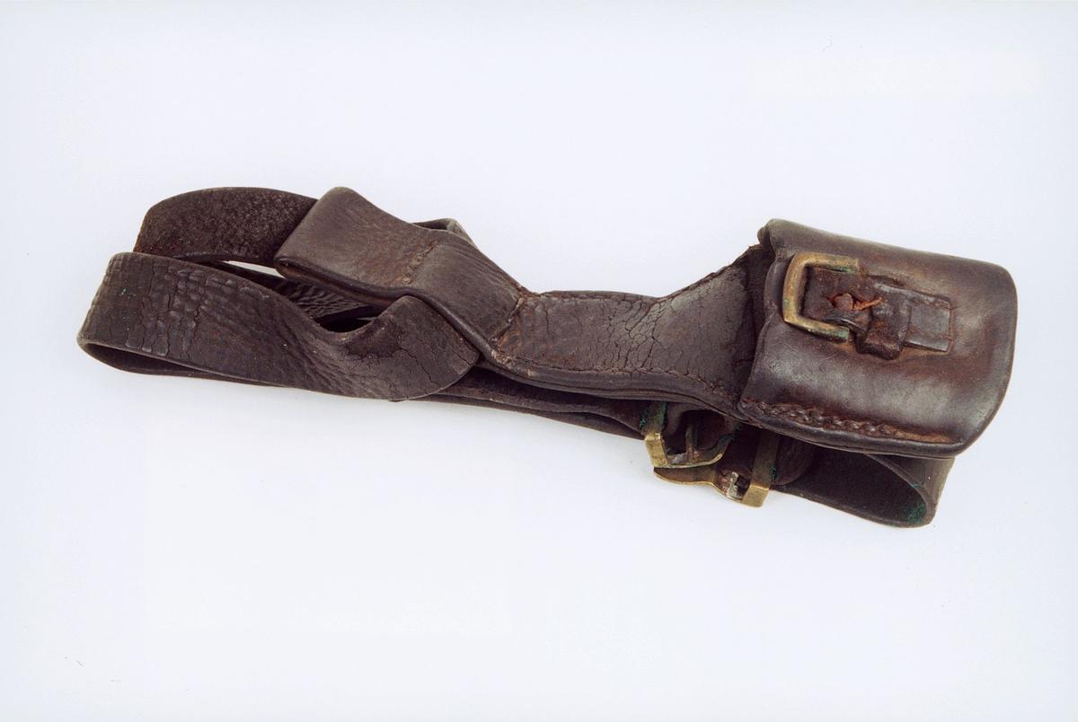 Livbelte av sort lær for faskinkniv med messingspenne og taske.