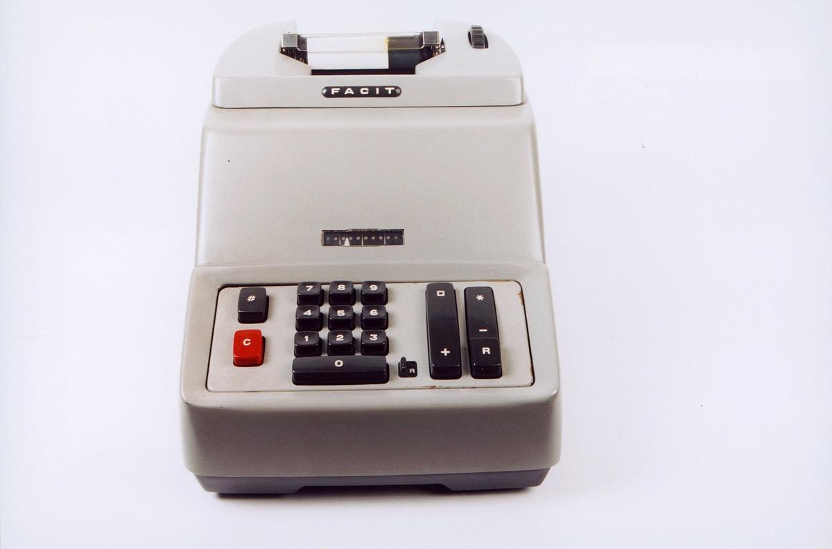 Elektrisk regnemaskin av merket Facit modell AE-3-9. Fabrikknummer 106 710. Innkjøpt 7.2.1963.
