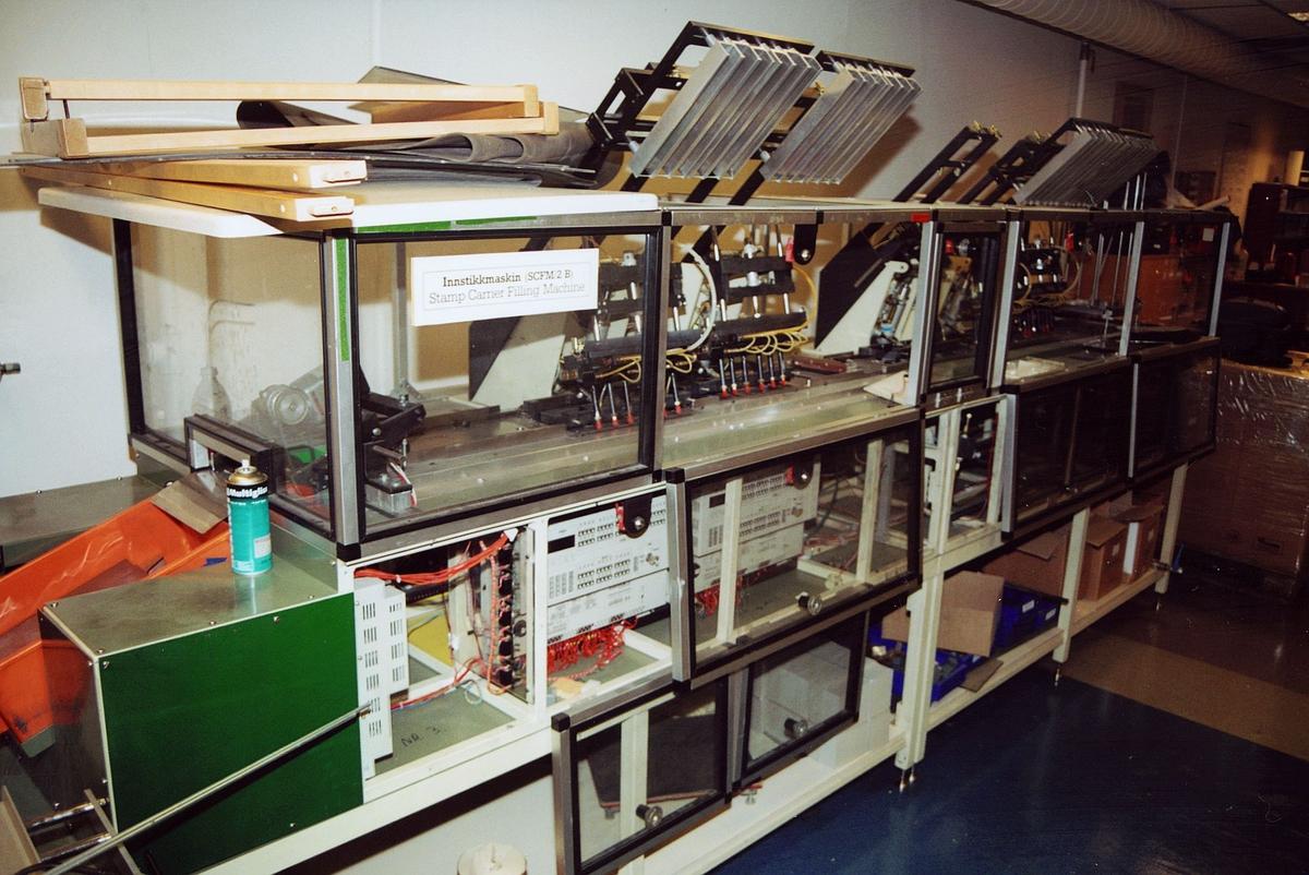 postens frimerketjeneste, frimerker, maskin, innstikkmaskin, årssettpakkemaskin, SCFM/2B Stamp Carrier Filling Machine, maskinen sett fra venstre