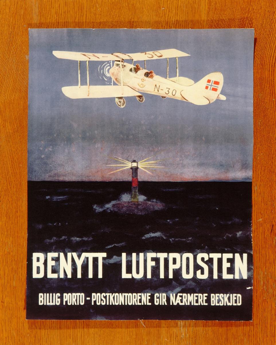 postmuseet, plakater, luftpost, Benytt luftposten, billig porto - postkontorene gir nærmere beskjed, fly merket N-30, postlogo og norsk flagg flyr over en fyrlykt, motivet finnes også på CD-rom PRO1, bilde nr 74