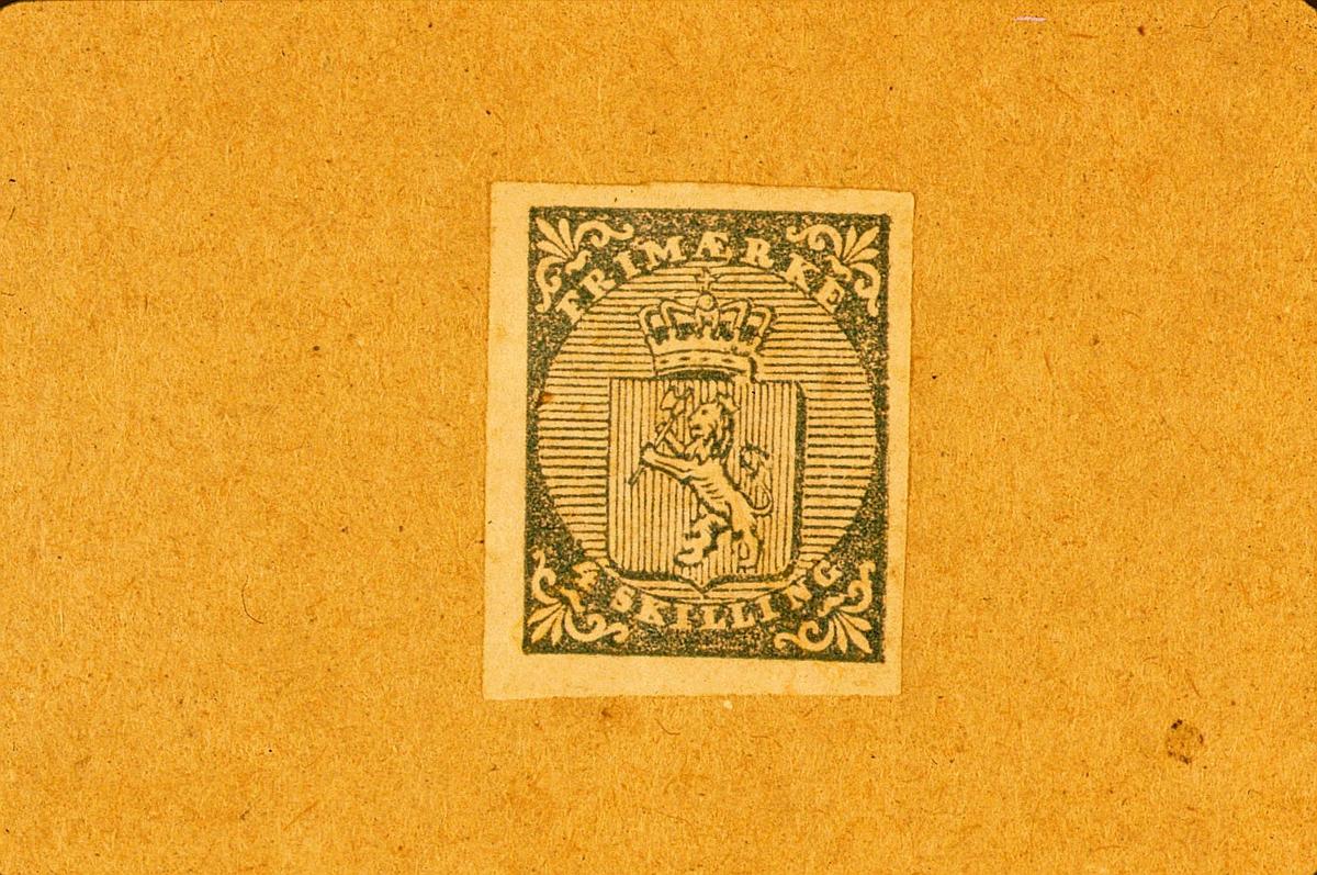 postmuseet, Kirkegata 20, frimerker, NK 1, Våpen, 1. januar 1855, 4 skilling blå, Norge nr. 1, gul bakgrunn