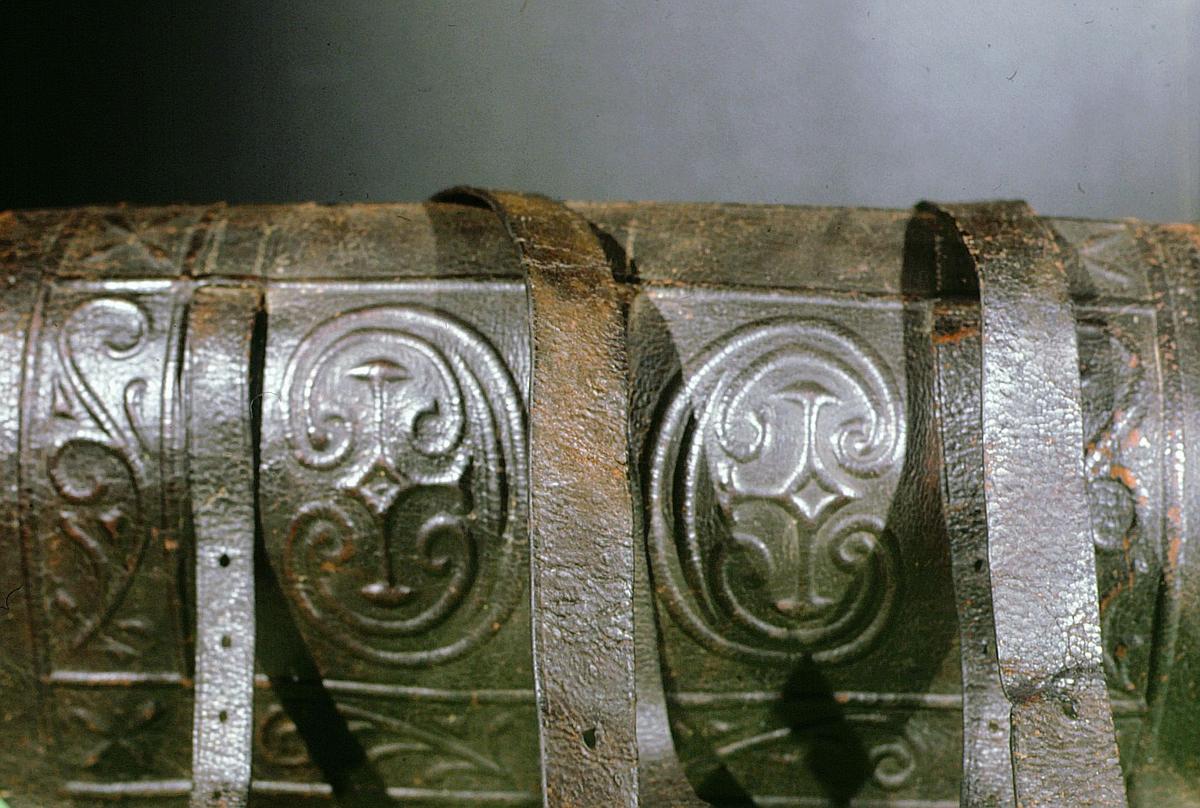 postmuseet, gjenstander, postveske, forside / detaljer / remmer, etter konservering
