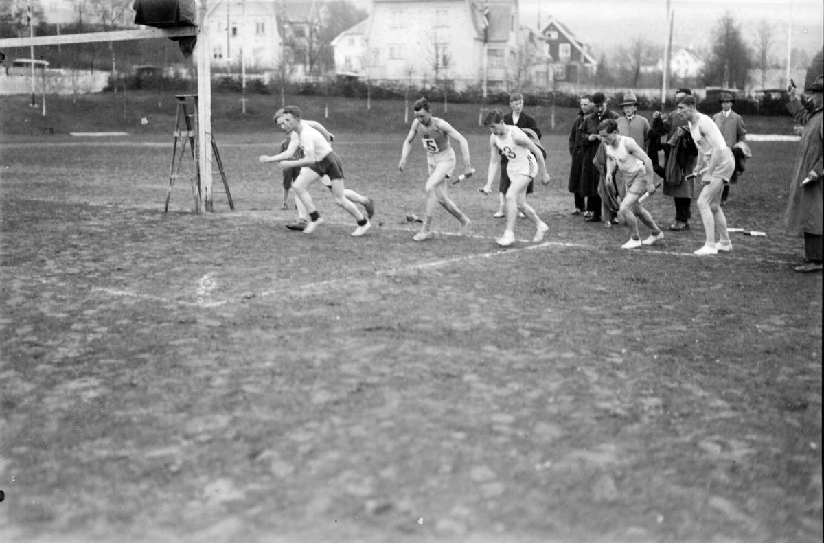 Friidrett. Sportsplassen med bebyggelse i bakgrunnen. Start 1931 og 1933, Lillehammerstafetten