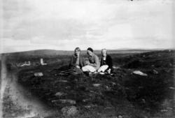Landskap, tre unge piker på et teppe i fjellet, kan være overfor Nordgard Bjørge setera på Gopollen