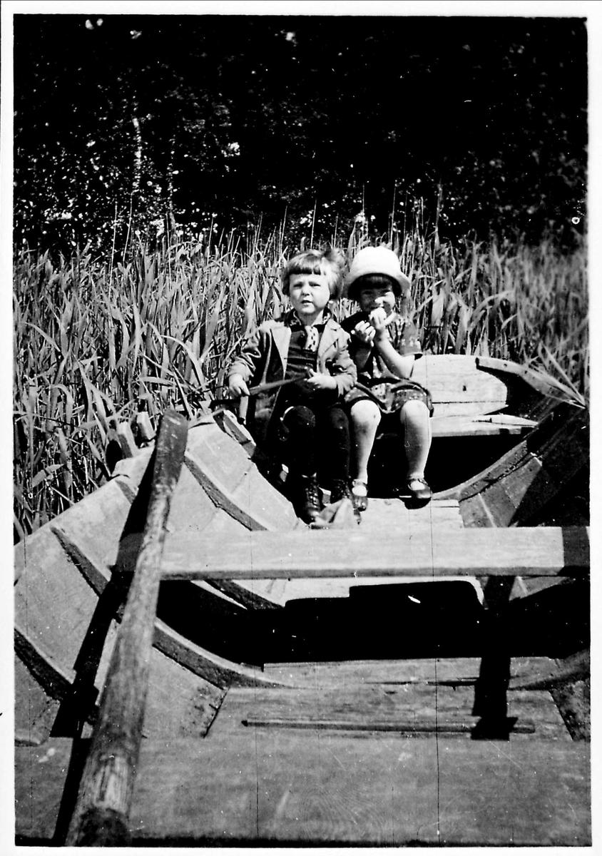 Barn, båt
