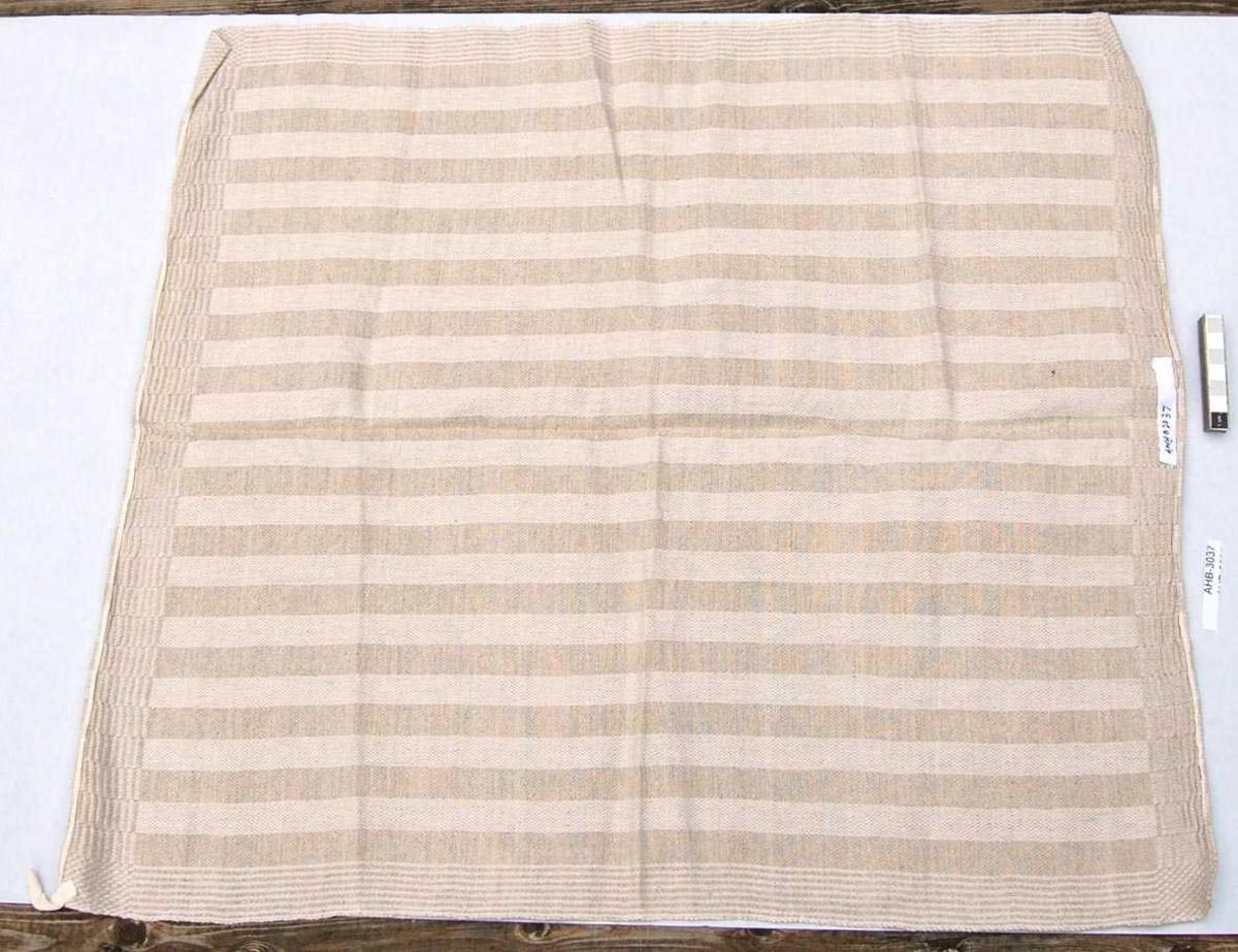 Hjemmevevd håndkle i tofarget lin. Stripemønster med kanter i annet mønster.