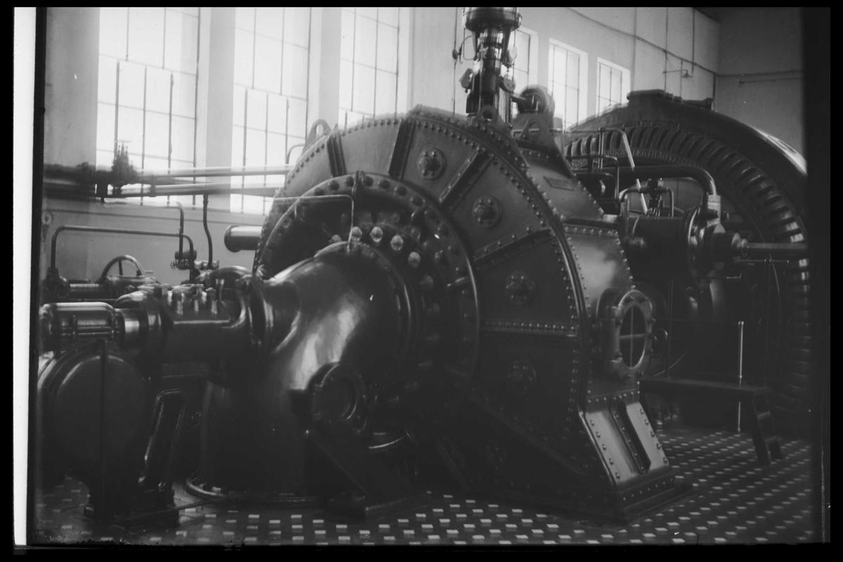 Arendal Fossekompani i begynnelsen av 1900-tallet CD merket 0469, Bilde: 32 Sted: Bøylefoss Beskrivelse: Salen med de gamle tyske turbinene