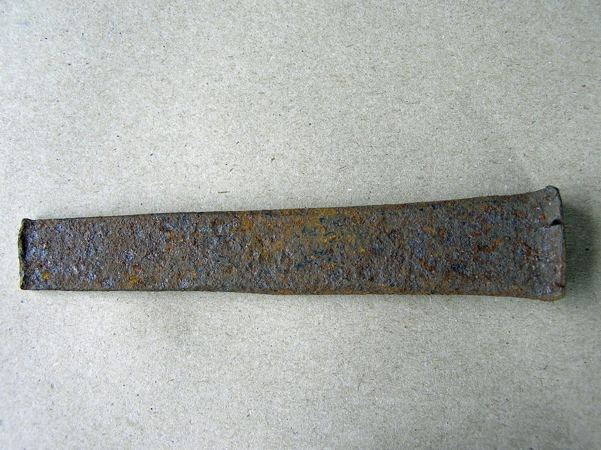 Dor beregnet til å slå rektangulært hull i varmt jern med. Jernet som det skal lages hull i legges enten over et hull i ambolten/smisteet eller over et jernstykke med huller i (lokkskive).  Noe rust. Nakken noe flisete. Uregelmessig tupp.