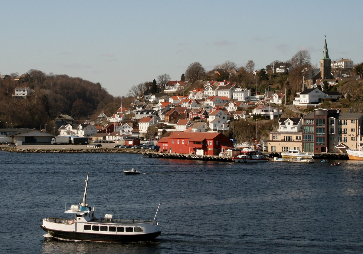 Strandstedet Barbu. Oversiktsbilde sett fra Skilsø. Ferga Skilsø II i forgrunnen. Barbu krik. øverst t.h.