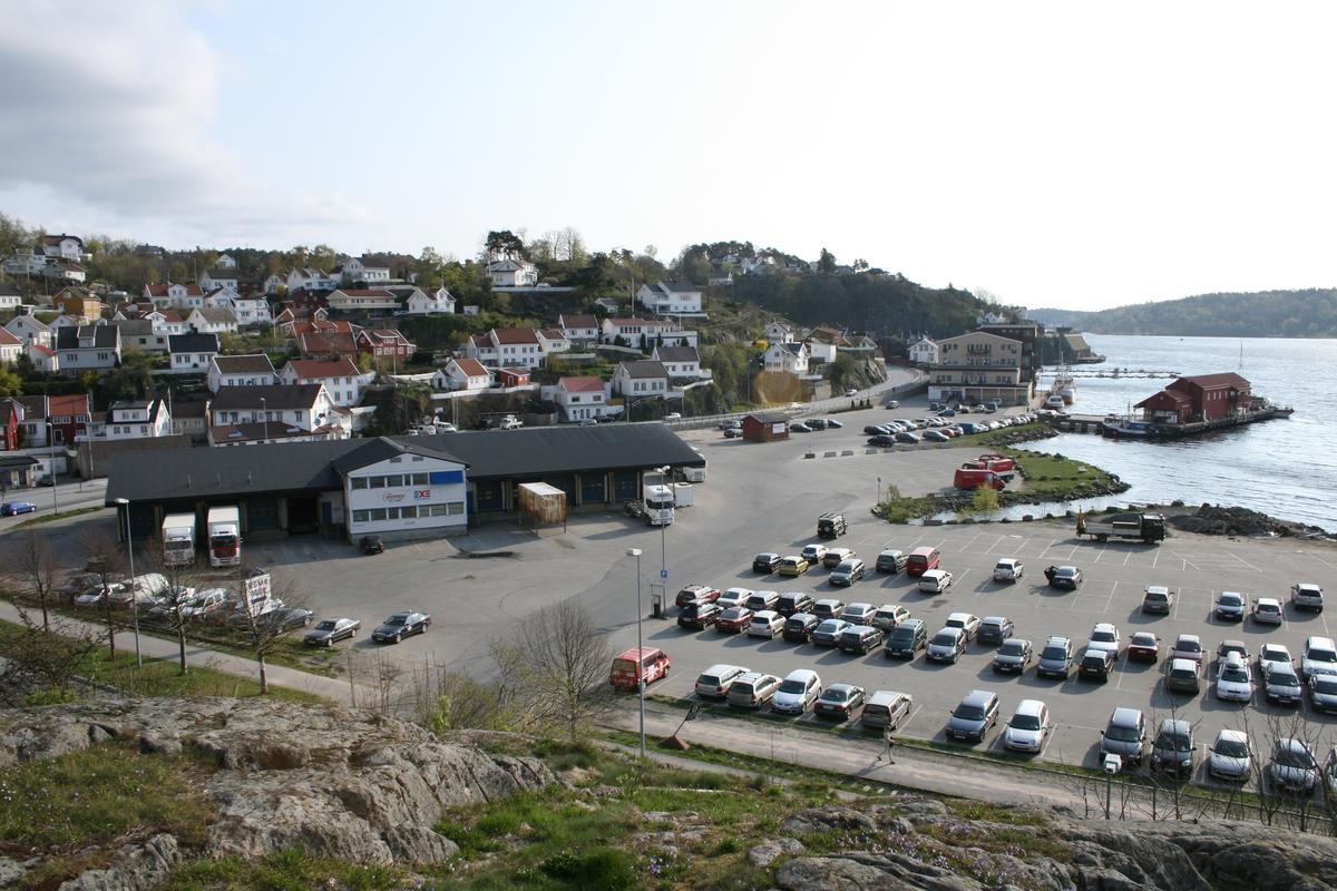 Barbubukt, med Linjegodsbygget og parkerte bilder. Fiskemottaket og Barbu Brygges gamle kjølelagerbygg th. Østlige del av strandstedet bak t.v.